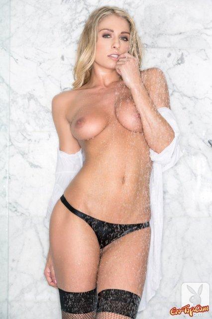 Стильная блондинка из Playboy показывает красивые титьки