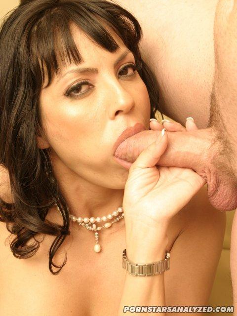 Грудастая актриса с бритой писькой занимается анальным сексом