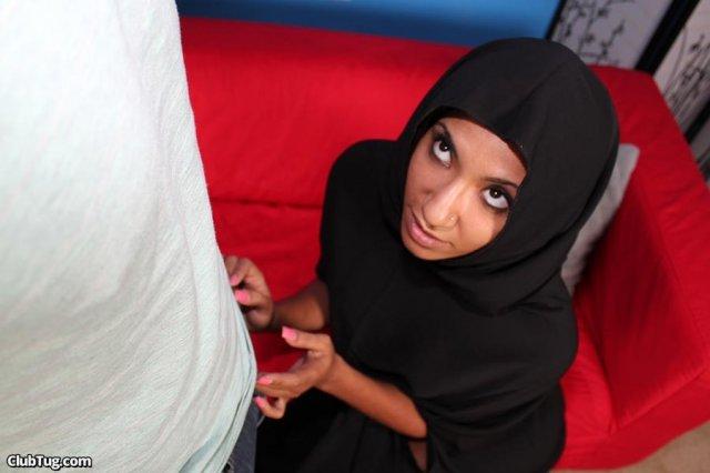 Строптивая дева на арабском порно сосёт пенис