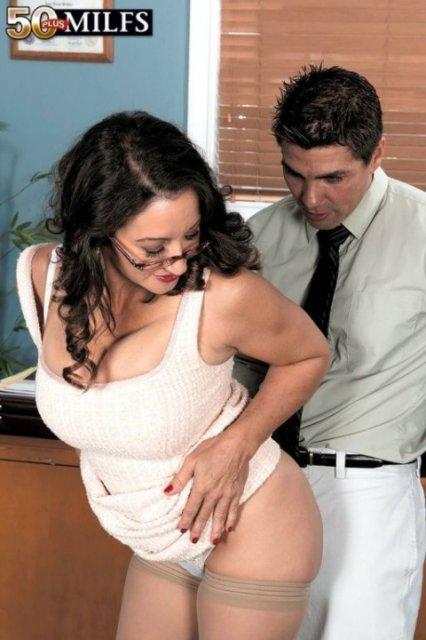 На арабском порно грудастая училка гламурно трахается