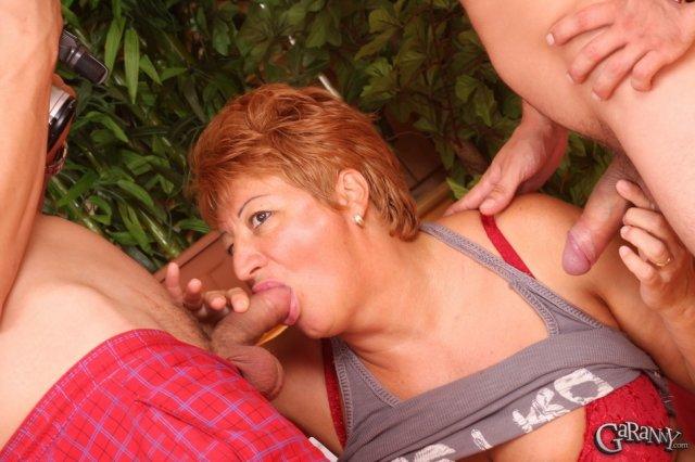 Рыжая бабка с большой грудью ебётся на камеру