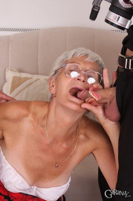 Худая бабуля в очках ебётся на камеру