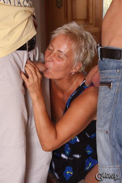 Бабуля занимается сексом втроём на камеру