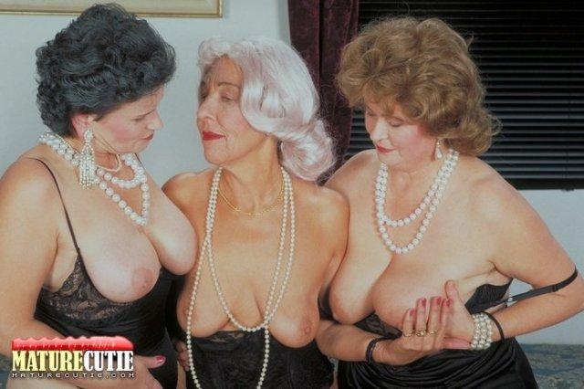 Кудрявые бабули с висячими сисяндрами делают минет