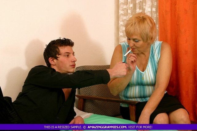 Стильная бабуля соблазнила с сигаретой в руке