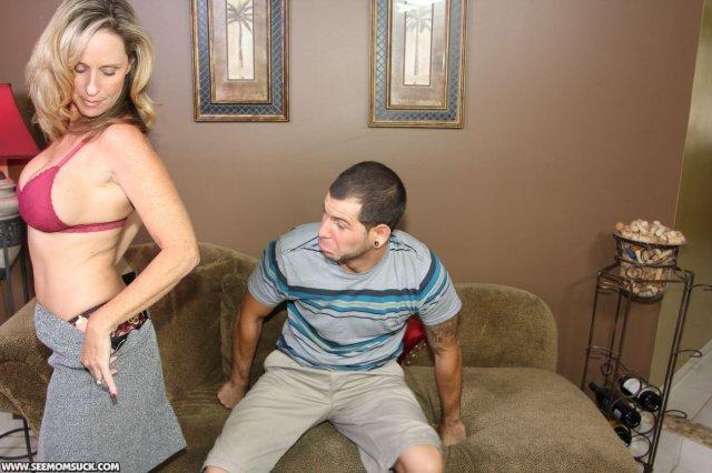 Опытная баба в трусиках учит блондинку делать минет