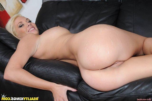 Белую девушку красиво ебёт на диване
