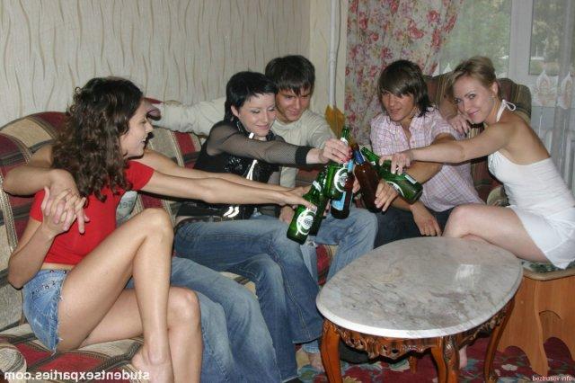 Белая девушка в доме участвует в реальной групповушке