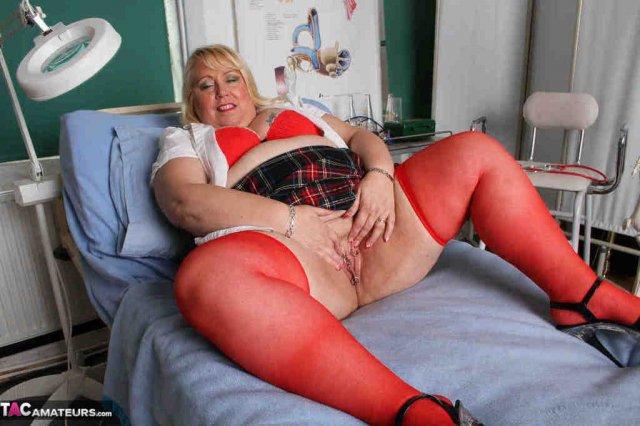 Жирная блондинка с большой жопой мастурбирует пизду