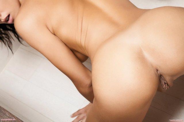 Голая брюнетка в душе раздвигает ляжки