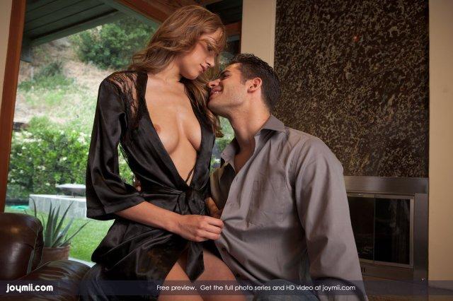 Красивая девушка в шёлковом халате изменяет мужу