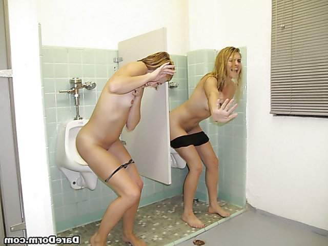 Блондинку на частных фото во время минета ебут двойным проникновением