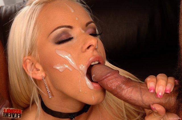 Гламурная блондинка принимает хуй в вагину и в очко
