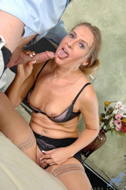 Высокая женщина на кухне мастурбирует и ебётся