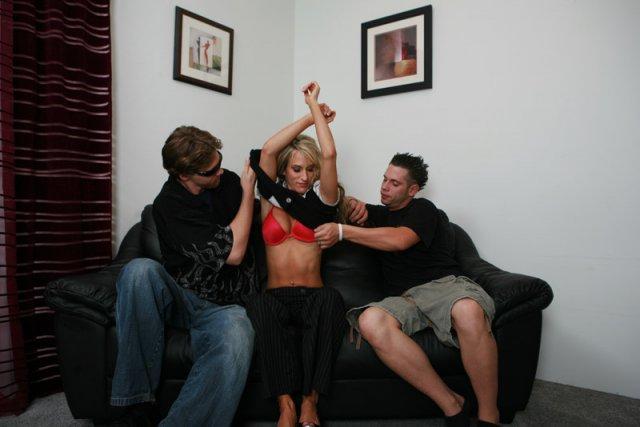 В галереи девица с пирсингом начинает половой акт