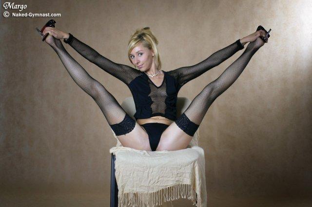 Длинноногая гимнастка в чулках хвалится жопой