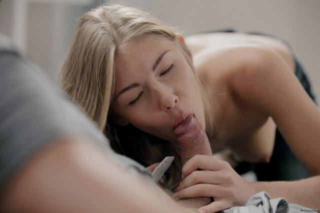 Голая школьница нежно целуется и трахается