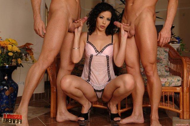 Брюнетка подставила очко в минуты группового секса