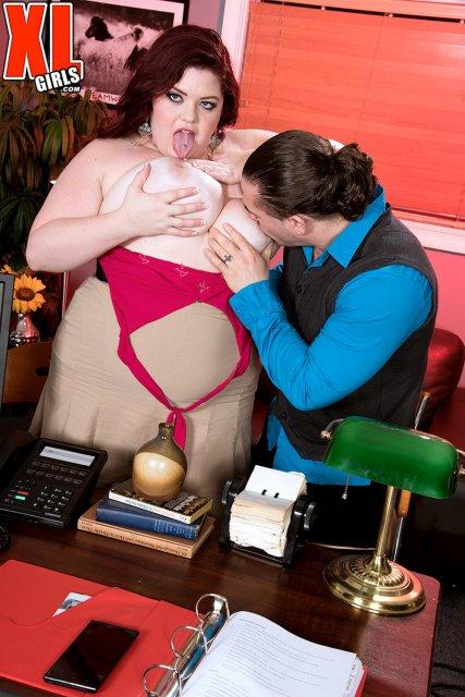 Жопастая женщина сексуально скачет в позе наездницы
