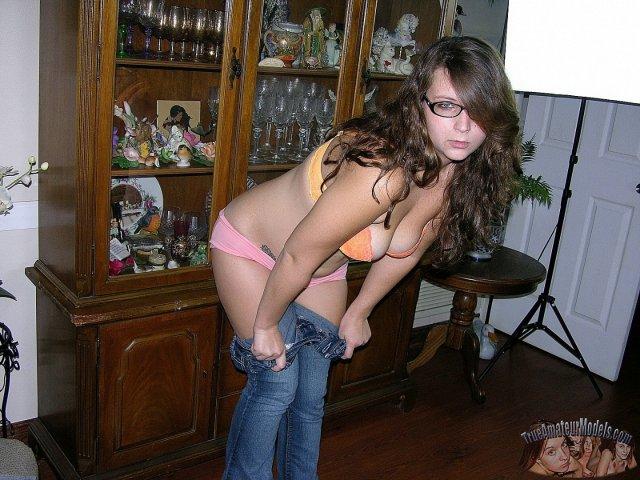 Жопастая девица в очках эротично раздвигает ляжки