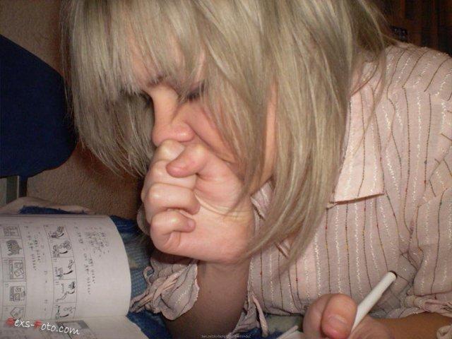 Пьяная блондинка на запретном порно облизывает хуй