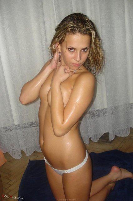 Молодая школьница на запретном порно позирует