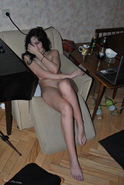 На запретном порно длинноногая брюнетка трахается