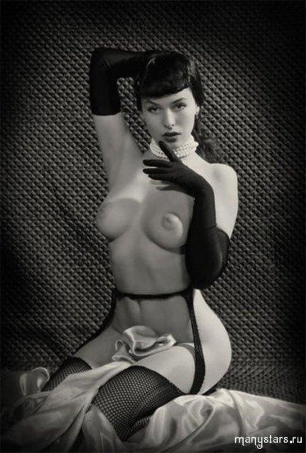 Привлекательная знаменитость Даша Астафьева показывает дойки