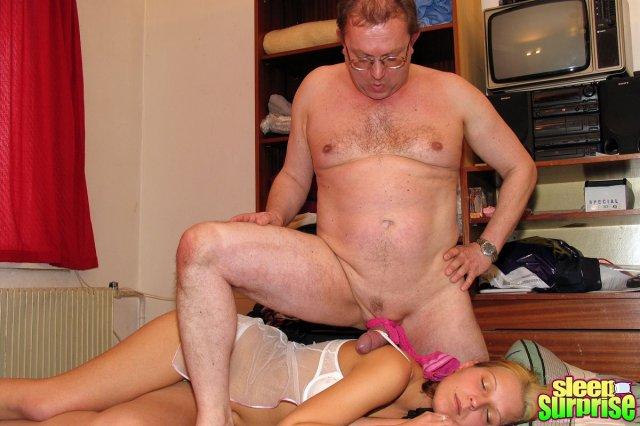Молодую блондинку нежно трахает дедушка в инцесте