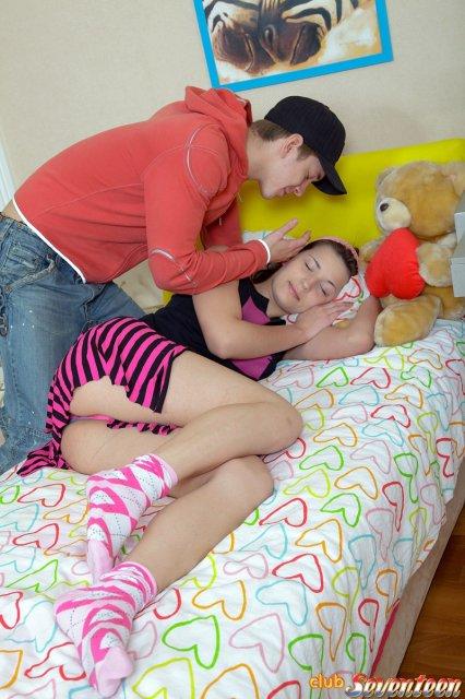 Милая девчонка в юбке занимается первым сексом