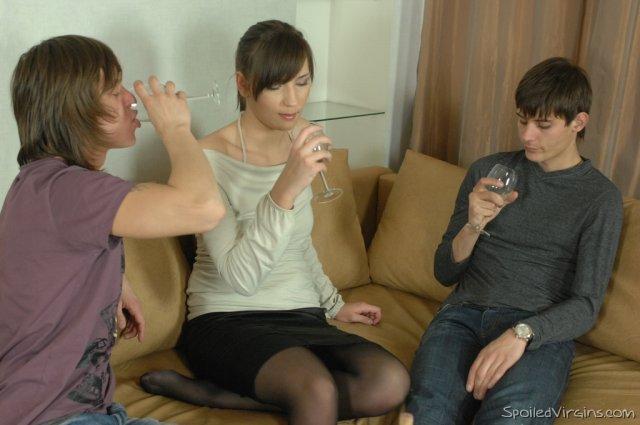 Пьяная девственница в чулках первый раз трахается