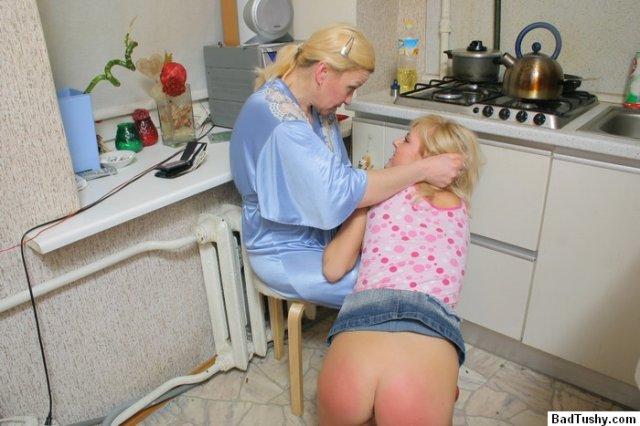 Порочные подруги на кухне причиняют боль