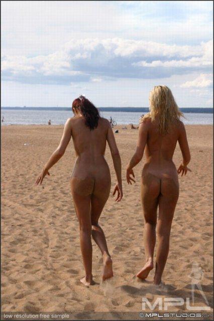 Загорелые подруги позируют без одежды