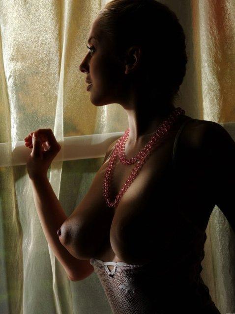 Позирующая гимнастка демонстрирует аппетитную грудь