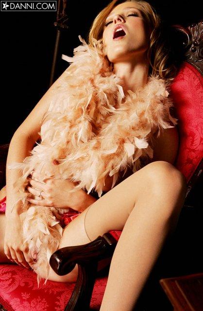 Позирующая дамочка сексуально снимает колготки