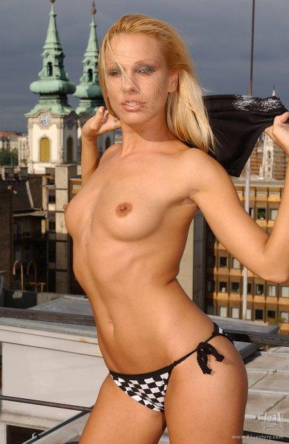 Позирующая блондинка с красивой попкой показывает писю