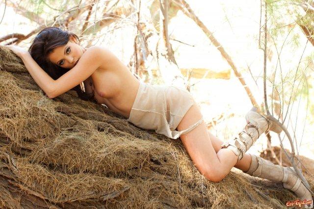 Нежная шатенка в порно журнале танцует на природе