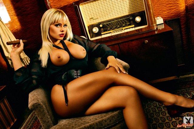 Стройная жена из порно журнала демонстрирует сисяндры