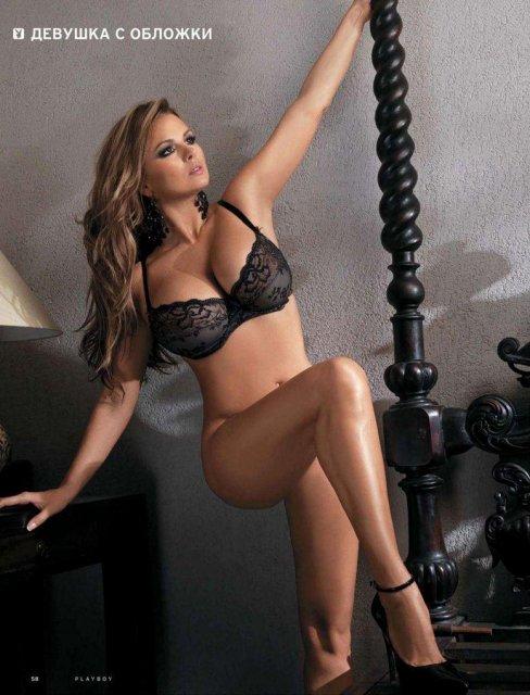 Худенькая дева из порно журнала соблазняет грудью