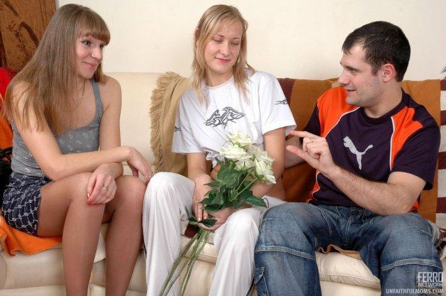 Русская мамочка с пирсингом занимается анальным сексом