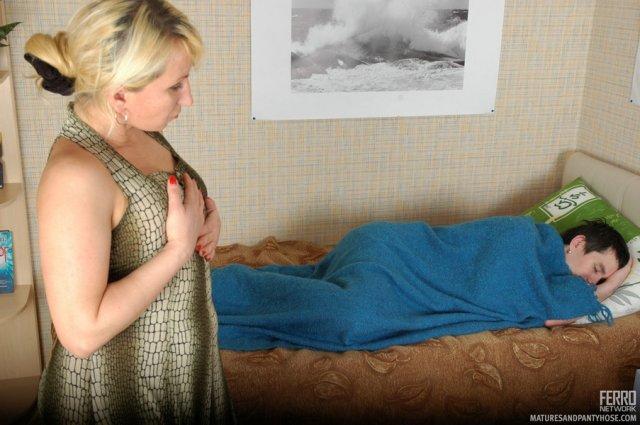 Русская мама в колготках после куни занимается сексом