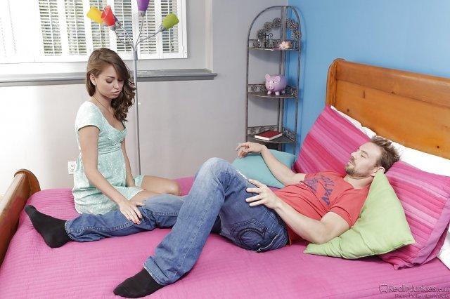 На свежих фото сексапильную жену облил тёплой спермой