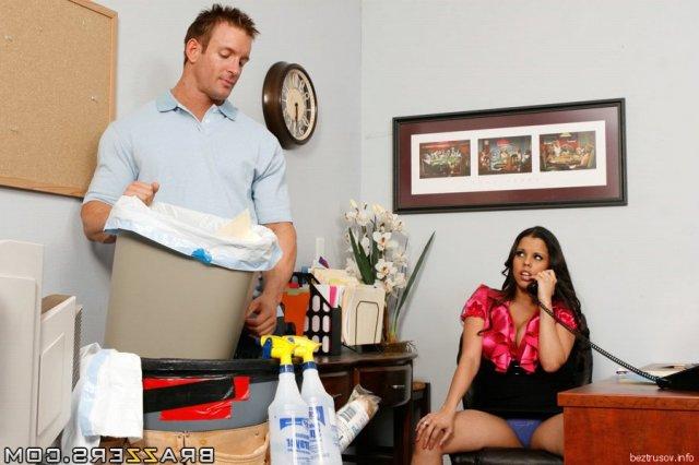 Нетерпеливая секретарша раздвигает ноги сидя на столе