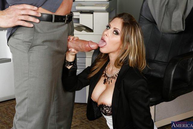 Секретарша увидела огромный ствол и возбудилась
