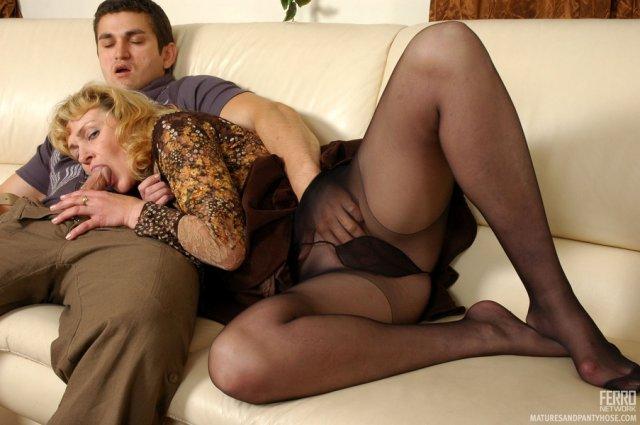 Зрелую женщину с сигаретой классно трахает