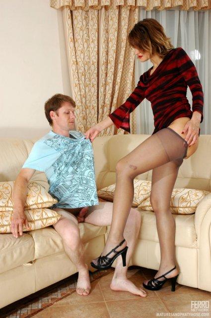 Зрелая женщина в колготках сексуально дрочит стоячий член