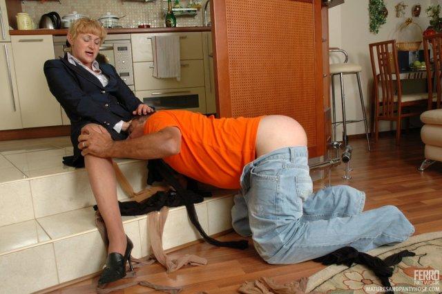 Зрелую женщину с волосатой писей ебёт в презервативе