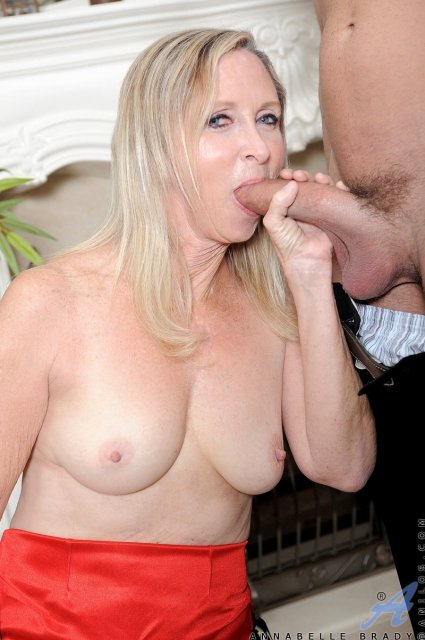 Зрелая женщина с натуральной грудью отлизывает хуй