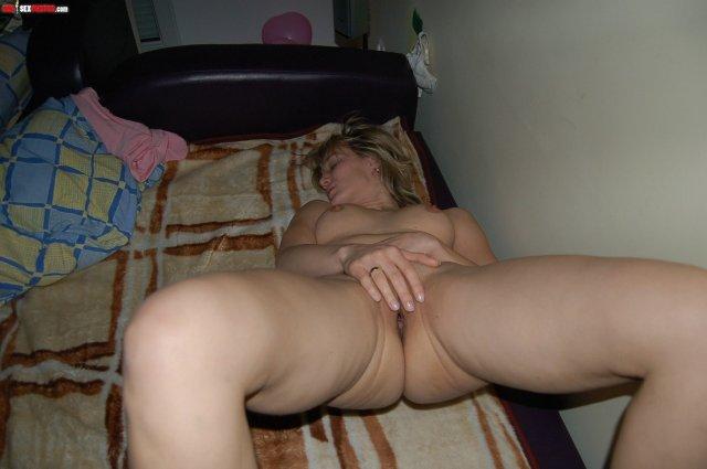 Привлекательная казашка сначала мастурбирует и сосёт