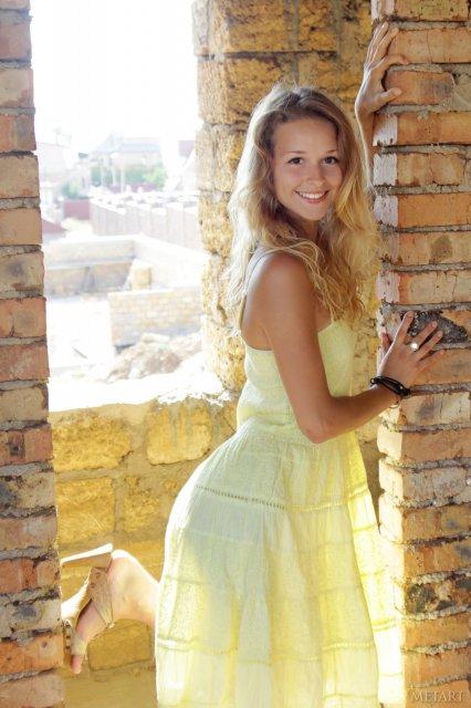 Красивая девушка мило улыбается и показывать грудь